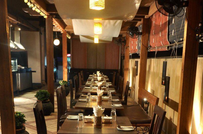 tamarind-poolside_seating_fariyas-hotel_mumbai