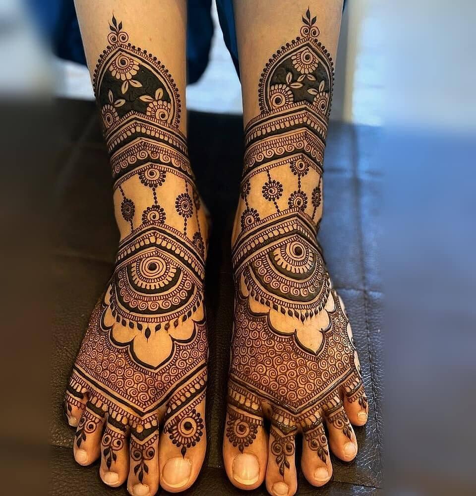 Bootis Leg Mehndi Design for Dulhan