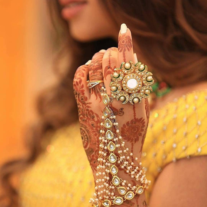 A bride showing off her Haath Phool